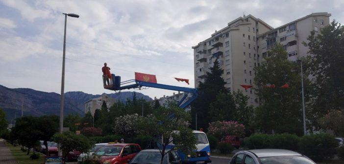 Komunalci počeli skidanje zastava